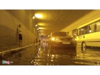 Sài Gòn mưa lớn nhất từ đầu năm, tòa nhà Bitexco bị dột
