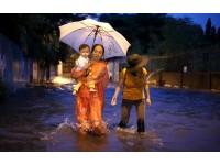 Người Sài Gòn đẩy xe, lội nước ở 'phố nhà giàu' sau mưa to cuối tuần
